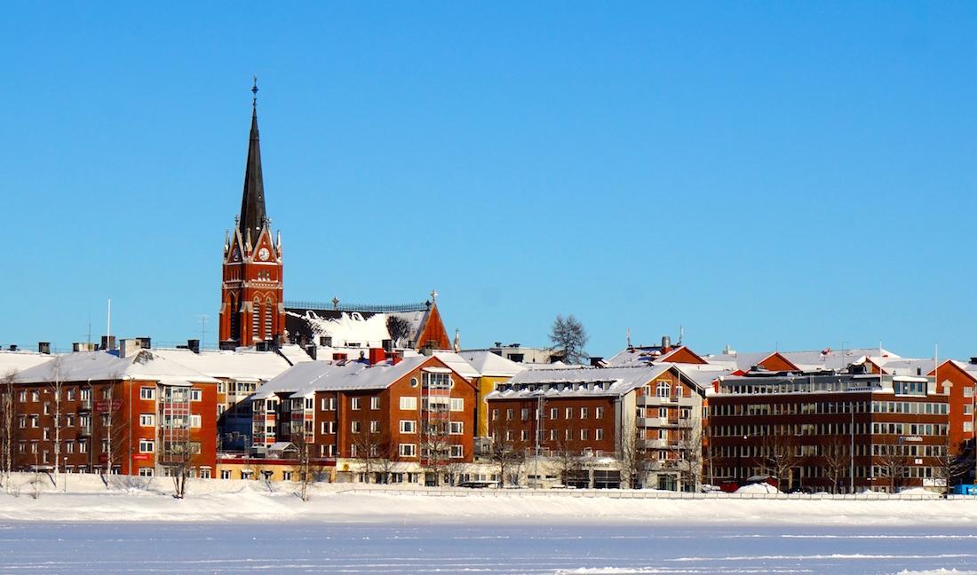 Domkyrkan tornar upp från både norra och södra sidan av stadens centrum (här sedd från Södra hamn).